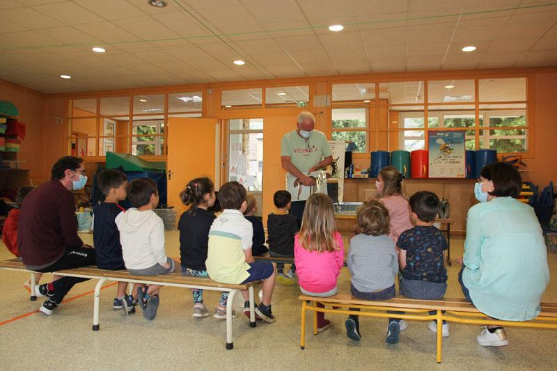 Jean-Pierre présente nos protégées, insectes à six pattes, quatre ailes ...... l'attention des enfants est captivée !